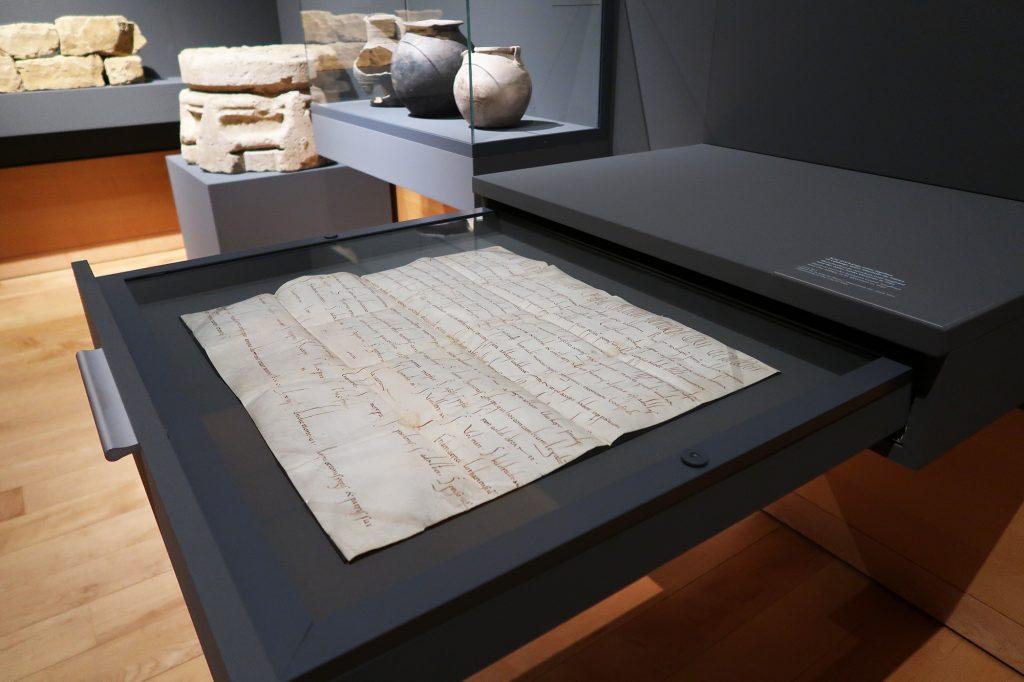 Objektmontagen in Ausstellung des Musée d'Histoire de la Ville de Luxembourg