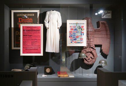Objektmontagen in Vitrine des Musée d'Histoire de la Ville de Luxembourg
