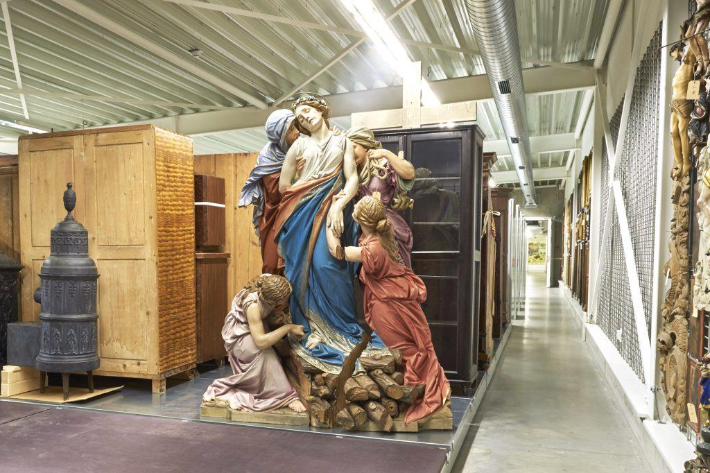 Skulptur und Möbel im Museumsdepot des Wittelsbacher Schloss Friedberg