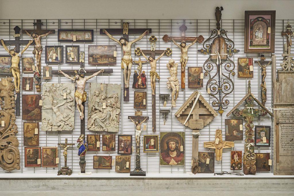 Gitterwand im Museumsdepot des Wittelsbacher Schloss Friedberg